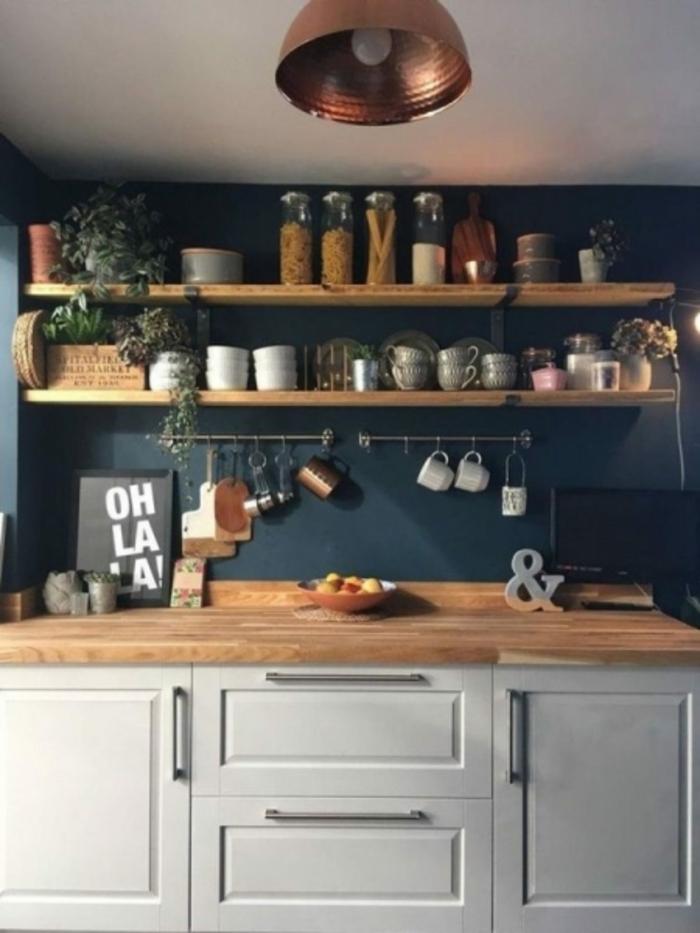 Bois étagères cuisine gris et bleu lustre cuivre, idée cuisine bleu gris, inspiration peinture couleur bleu marine