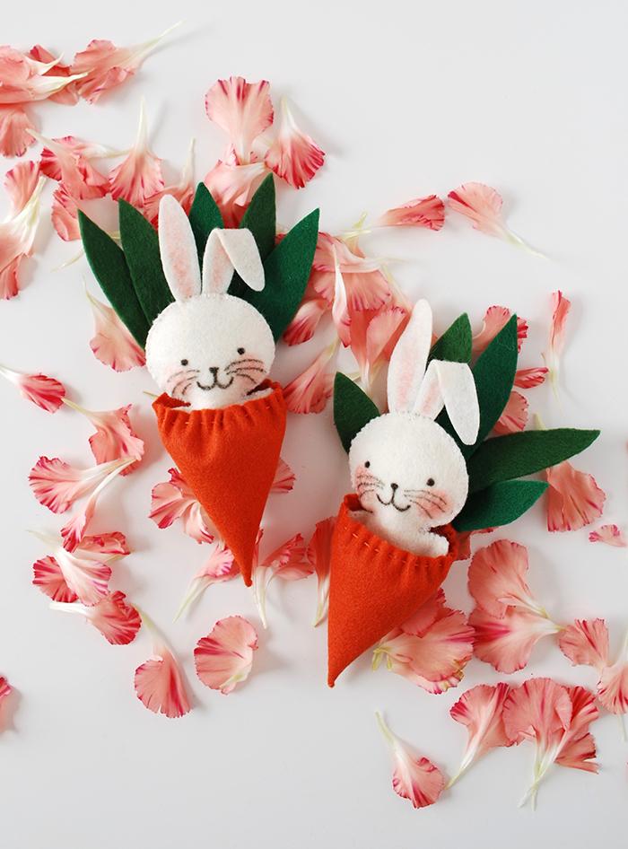 Pochette avec lapin en peleuche diy cadeau original a fabriquer, activité manuelle paques diy cool