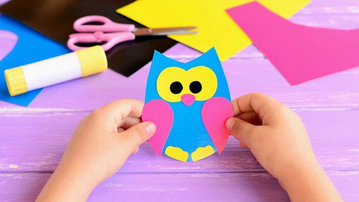 activité manuelle facile en papier, fabriquer un hibou dans papier coloré de couleur jaune, rose et bleu