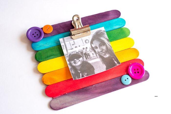 cadre photo coloré en batonnets de glace décoré de boutons colorés à motif arc en ciel, cadeau fete des meres a faire soi meme
