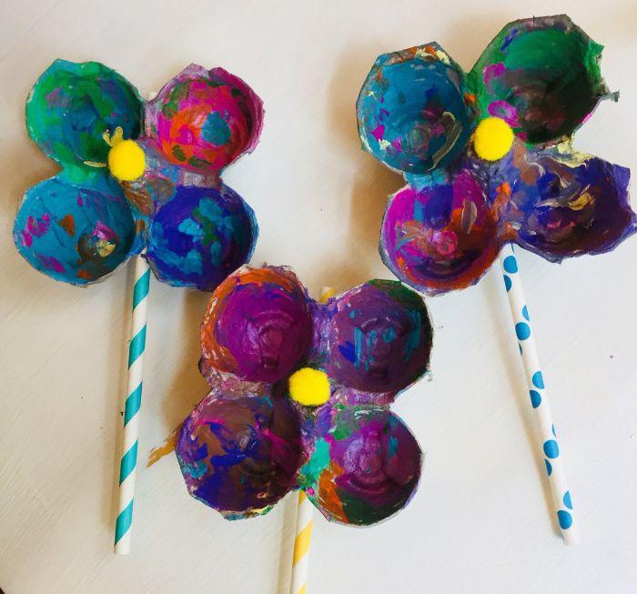 activité manuelle primaire avec des alvéoles dans boite à oeufs décorées de peinture colorée sur une paille, activité manuelle printemps maternelle