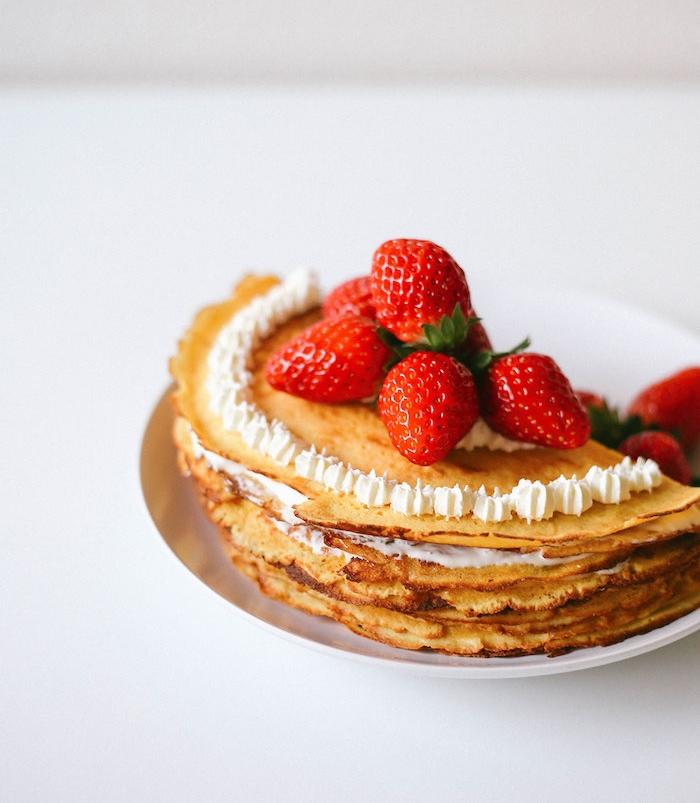 gateau de crepe maison avec pâte à crêpe sans gluten à la farine d amande et creme fraiche epaisse, topping fraises