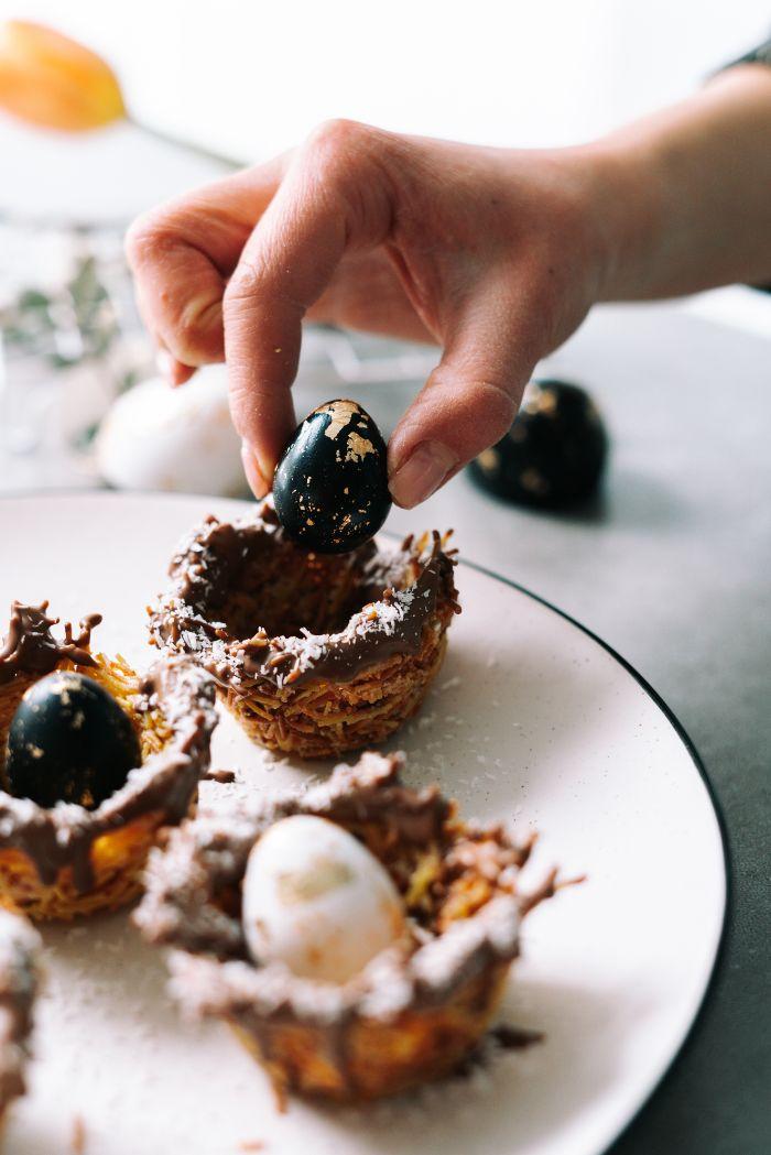 recette de paques, menu de paques dessert décoratif, nid de vermicelles au chocolat avec petits oeufs de caille