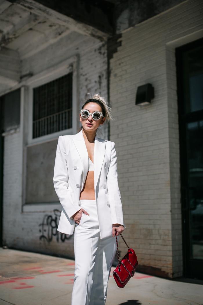 Comment s'habiller pour le printemps tenue, tailleur blanc femme, comment s'hailler bien en blanc chic et féminine