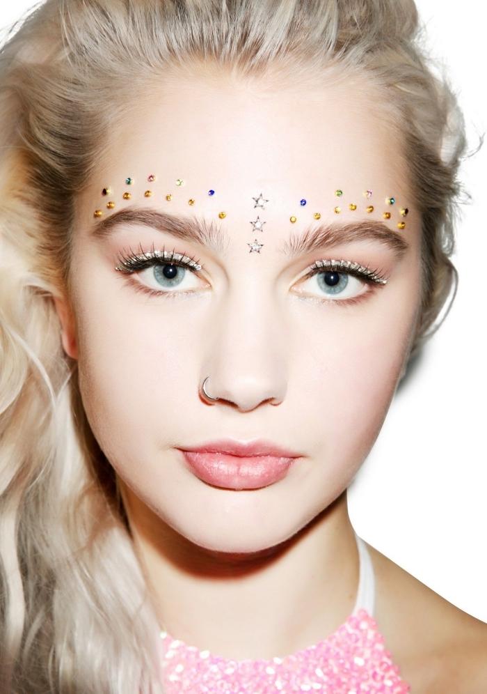 idée comment réaliser un maquillage artistique avec strass minuscules pour visage, make-up yeux avec eye-liner glitter