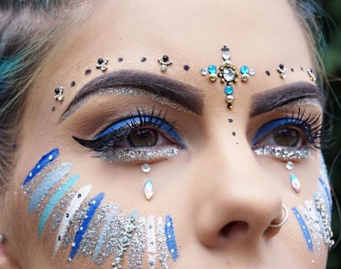 idée de maquillage festival original à faire soi-même, exemple de make-up avec eye-liner noir et strass sur le visage