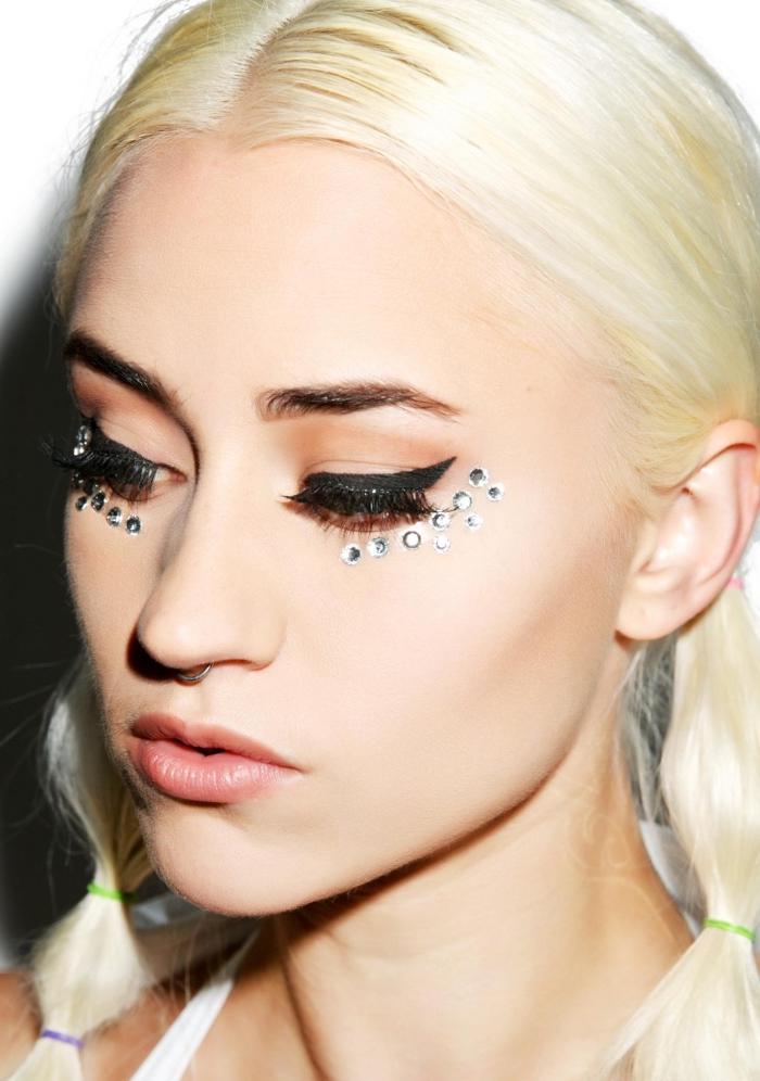 idée maquillage facile à réaliser soi-même pour un carnaval de musique, make-up visage simple avec eye-liner et strass