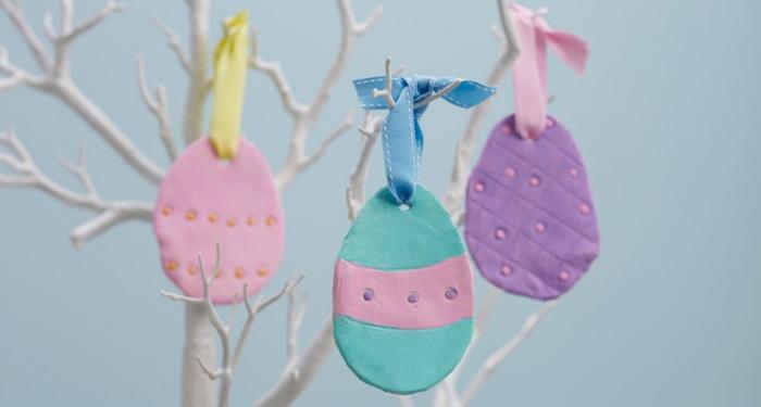 idée de bricolage paques maternelle facile avec argile et peintures, exemple comment décorer un arbre avec oeufs fait maison