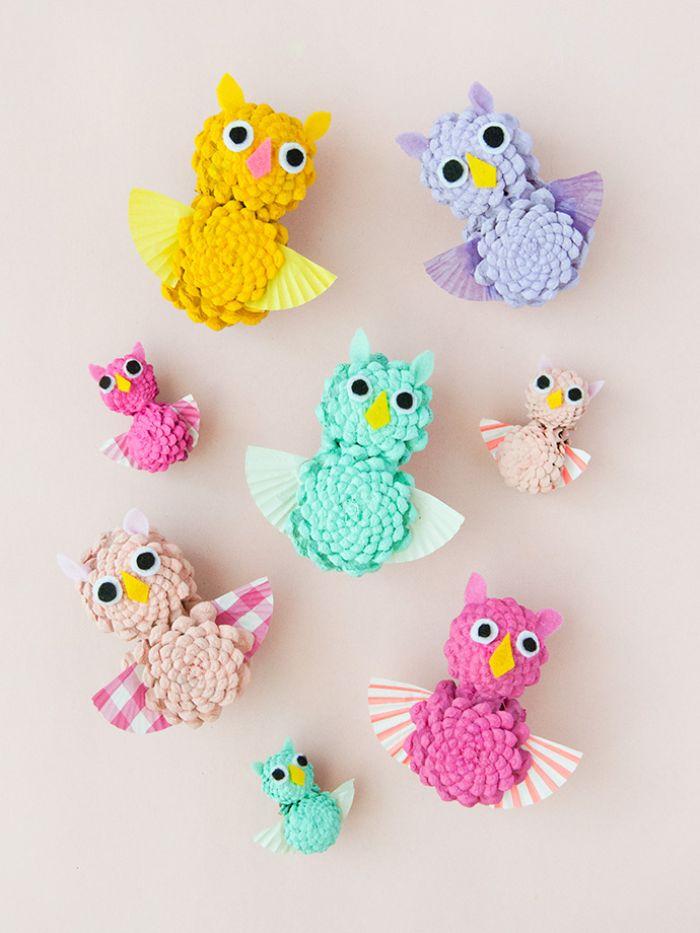 idée d activité manuelle automne maternelle, hibous en pommes de pin colorées vec des yeux mobiles et ailes en papier