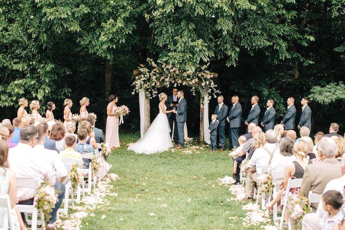 Couple mariage boheme chic, deco mariage champetre chic mode 2020 cérémonie extérieur, robe de mariée princesse