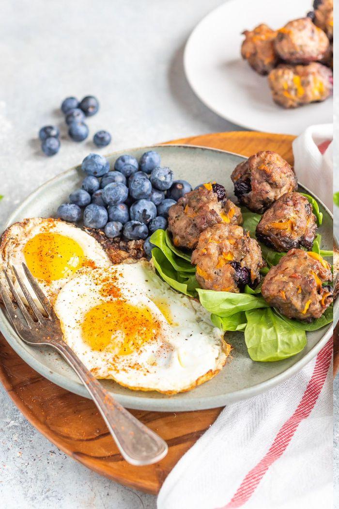 boules de viande de porche à la courge butternut, myrtilles servis avec oeufs et myrtilles fraiches, recette keto facile