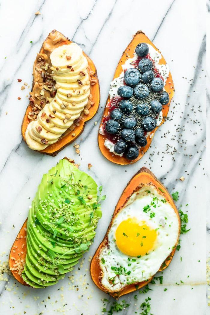 toast de patate douce à l avocat, oeuf, ricotta et myrtilles, beurre de cacahuette noix et banane, régime équilibré petit dejeuner leger