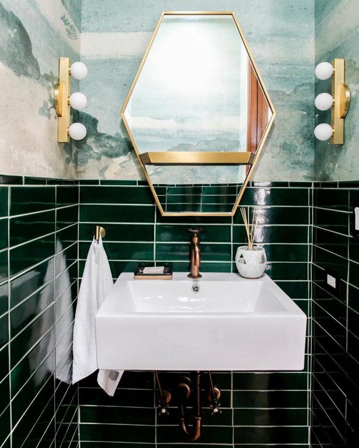Marbre vert et blanc et carrelage vert sombre, idée peinture salle de bain, quelle couleur pour une salle de bain