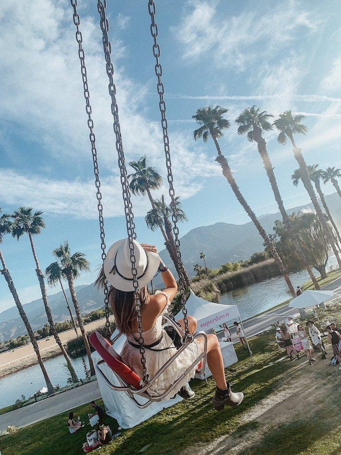 Balançoire parc d'attraction, robe blanche bohème courte, bottines tenue boheme chic, comment adopter le style hippie chic femme