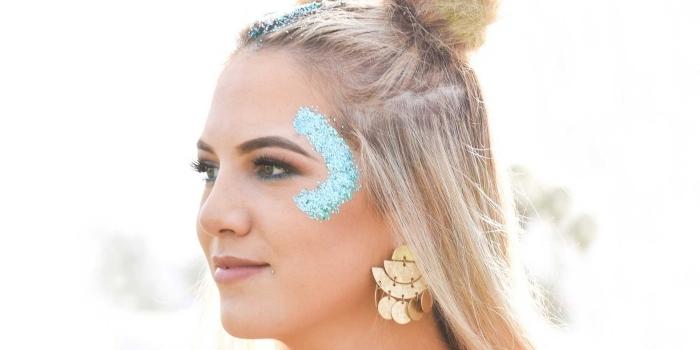 idée de maquillage paillette festival facile à faire avec gel pailleté de nuance turquoise et contour des yeux avec crayon