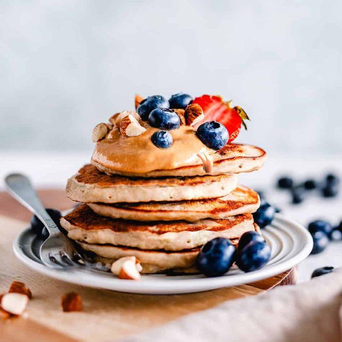 recette pancake americain sans gluten à la farine d amande avec topping de beurre de cacahuète, myrtilles, amandes concassées