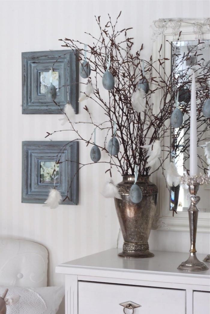 deco de paques à réaliser soi-même facile et rapide, idée de bouquet de branches décorées de plumes et d'oeufs