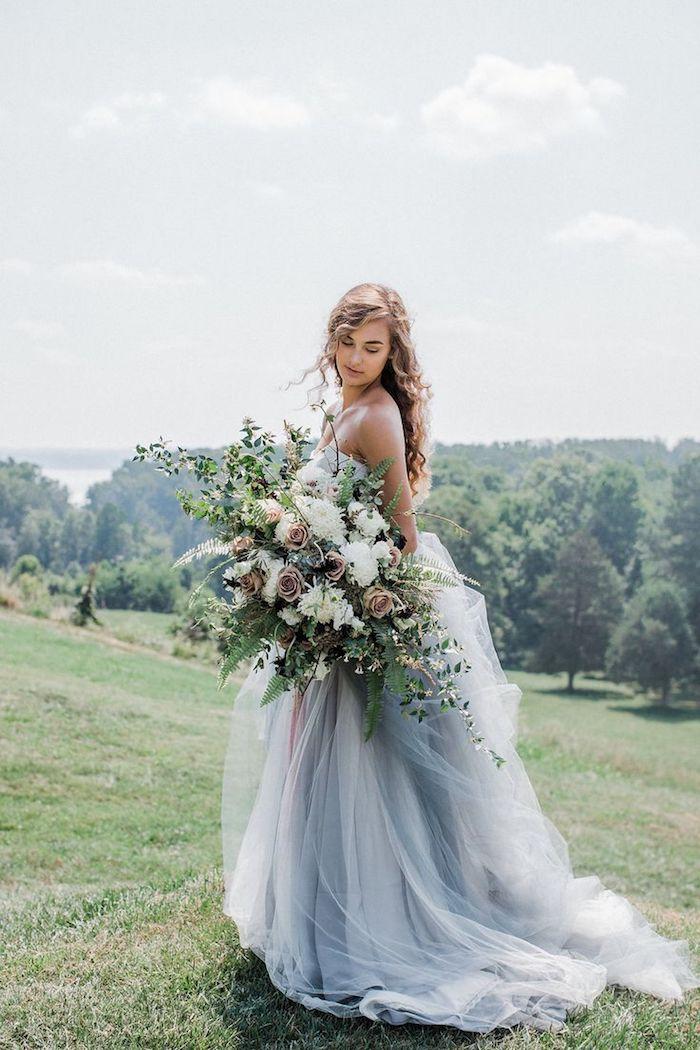 Mariée robe princesse épaules nudes, cool idée bouquet mariage champetre a faire soi-meme, mariage boheme chic