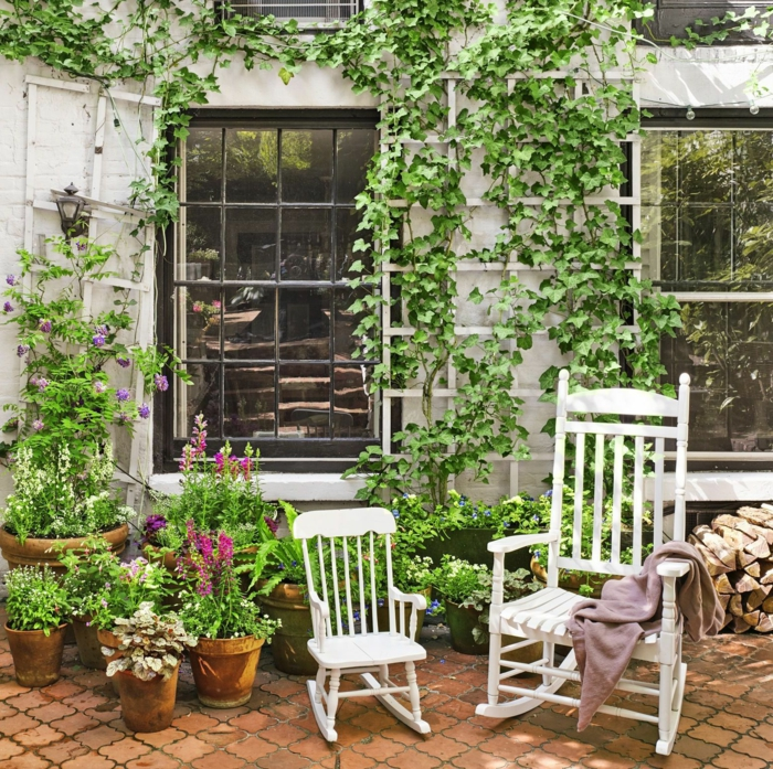 Chaise balançoire blanche, fenêtre avec plantes vertes, amenagement terrasse bois, belle décoration jardin extérieur