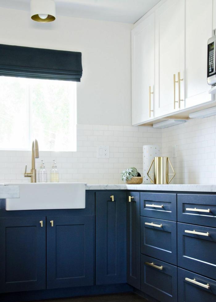 Cool idée pour la cuisine bleu nuit, couleur bleu sombre marié au blanc, association couleurs accessoires dorés