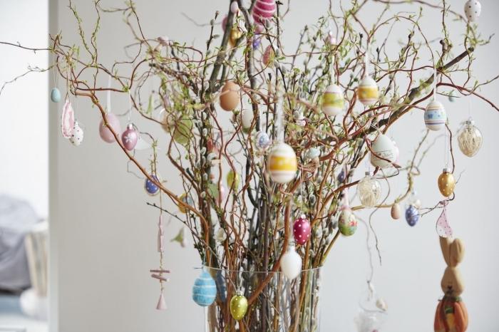 bouquet de branches décorés d'oeufs de Pâques, idée activité de paques facile et rapide pour grands et petits