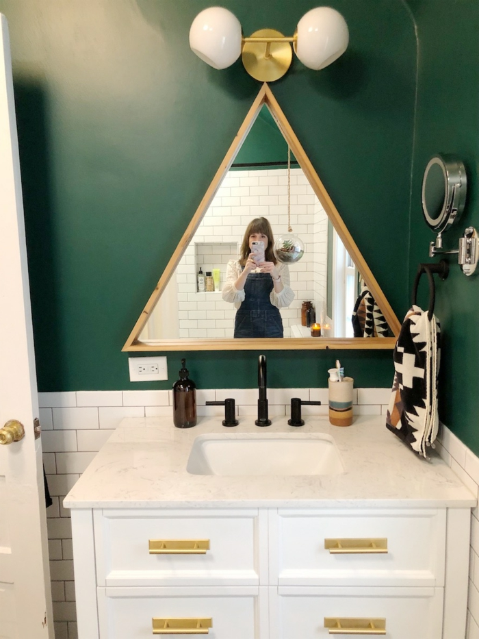 Triangle miroir en cadre en bois, couleur peinture salle de bain, aménagement salle de bain colorée peinture vert profond