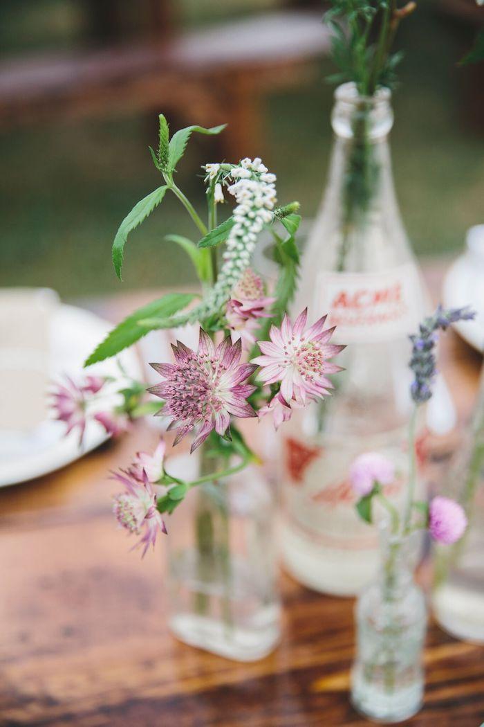 Petites fleures en vases recyclés deco champetre mariage, choisir le style bohème pour son mariage cool idée