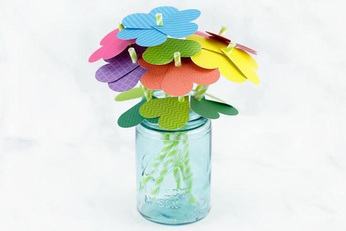 idée d activité manuelleprintemps en maternelle, fleurs de coeurs de papier coloré sur une tige de paille, bouqut dans pot de verre recyclé