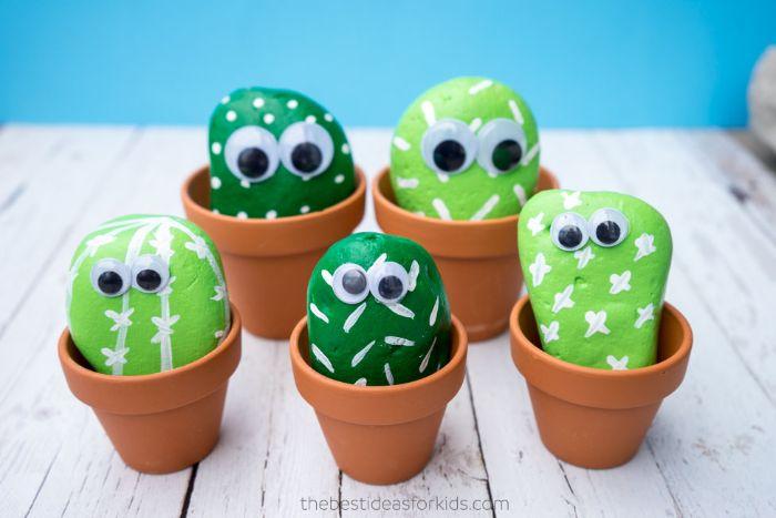 galets peints à motifs cactus dans un pot de terre cuit, exemple activité manuelle été pour enfant à motif cactus