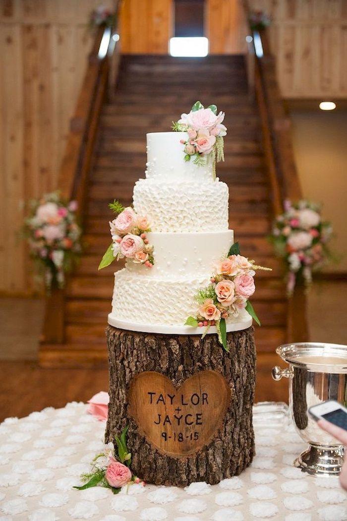 Gâteau mariage quatre étages décoré de fleurs roses, idée deco table mariage champetre, style bohème décoration champetre