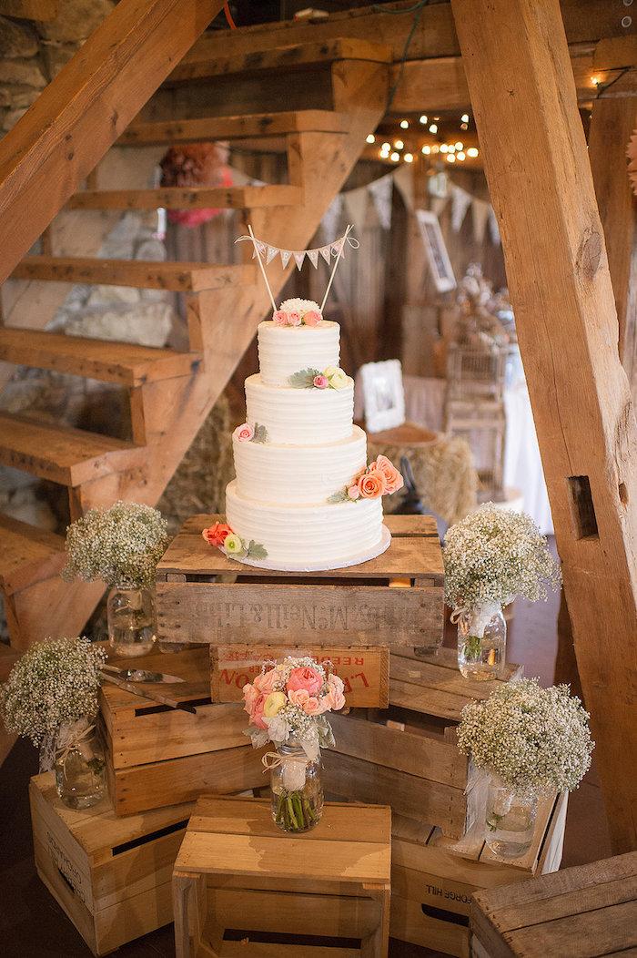 Inspiration mariage champetre, bois déco autour le gateau blanche a 4 etages, theme champetre, menu mariage champetre, mariage boheme chic