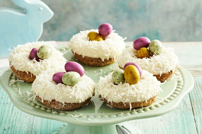 mini gâteau de pâques à faire soi-même, recette de cupcake croustillant avec crème blanche saupoudré de noix de coco râpé