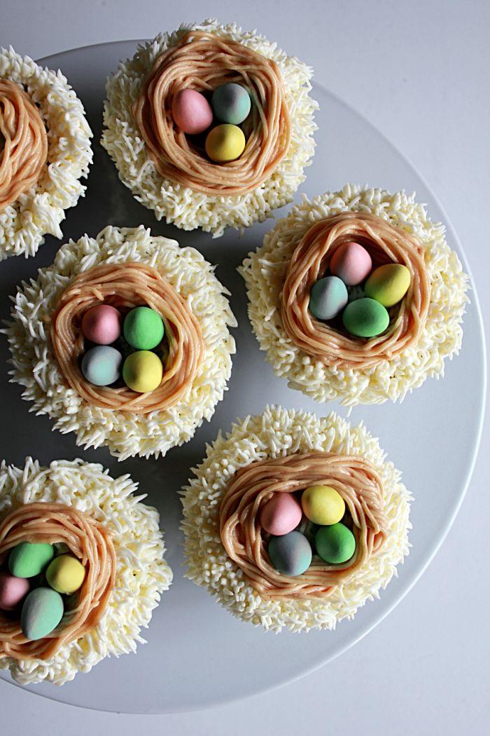 idée mini gateau nid de paques à réaliser soi même, recette de cupcake facile à la vanille avec décoration en crème blanche
