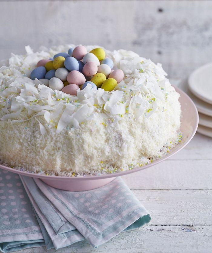comment décorer un gateau de paques original en forme de nid, idée de cake facile pour Pâques à la vanille et au citron