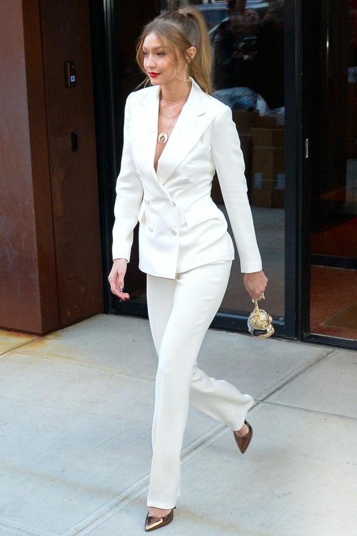 Gigi Hadid en tailleur blanc, rouge a levre, cheveux a queue de cheval smoking femme, tenue tout blanc pour l'hiver ensemble costume femme