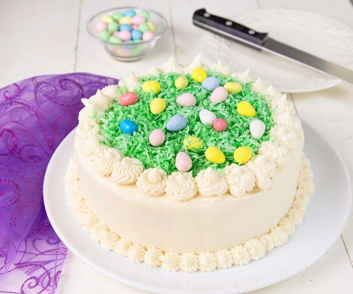 préparer le meilleur gateau de paques facile et rapide, modèle de layer cake à la vanille avec glaçage royal et décoration pâques