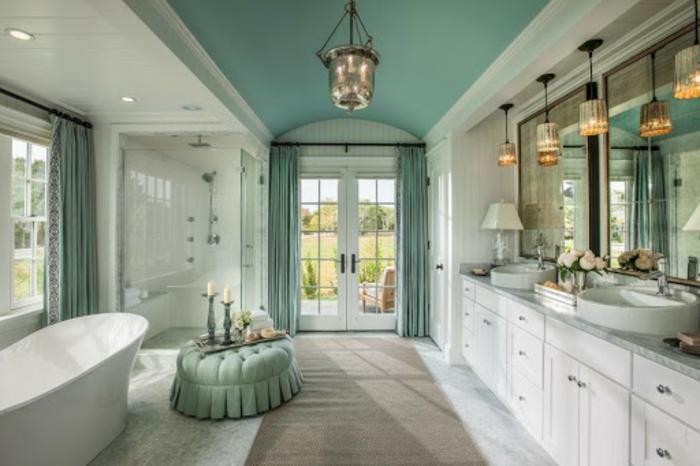 Vert d'eau et marbre blanche salle de bain avec grandes fenetres et espace ouverte, idée couleur salle de bain verte, a quelle couleur associer le vert