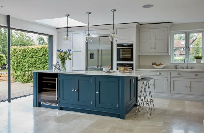 Maison avec grands fenêtres, idée cuisine couleur, inspiration cuisine moderne couleur bleu nuit et blanc