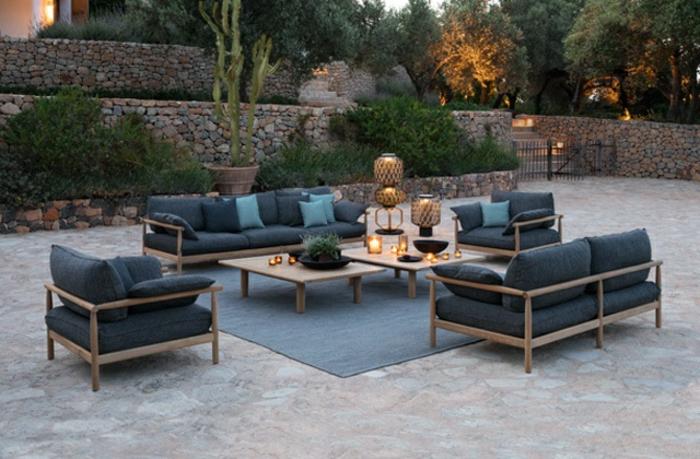 Meubles extérieurs, tapis gris grand et table basse avec bougies, idee amenagement terrasse, amenagement exterieur jardin