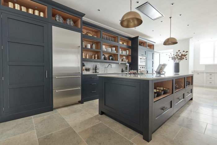 Gris bleu pour les cabinets de la cuisine et peinture banche pour les murs, cuisine bleu gris, inspiration peinture couleur bleu marine