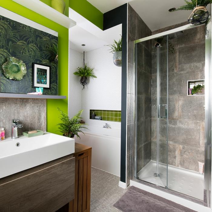 Vert claire mur bicolore, papier peinte feuilles de plantes vertes exotiques, salle de bain colorée, idée couleur salle de bain moderne