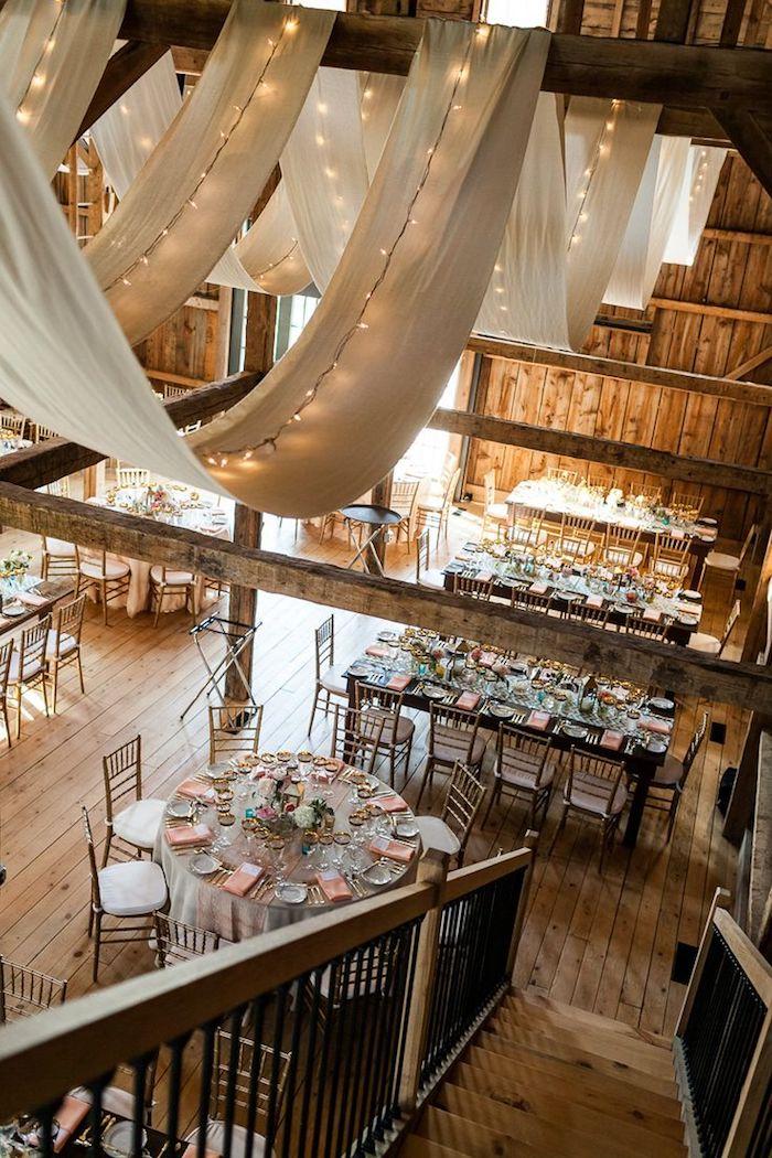 Guirlande lumineuse sur le plafond, image deco mariage champetre, style boheme chic mariage plein nature