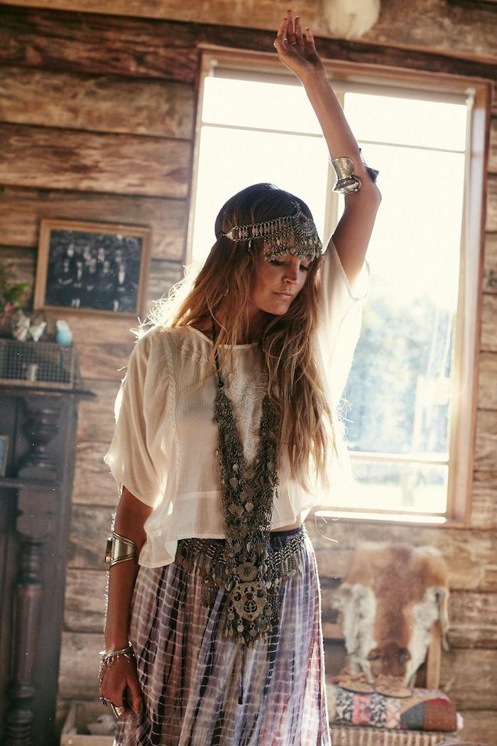 Deux pieces style hippie top blanc et jupe longue, look bohème chic, comment s'habiller pour le festival de Coachella
