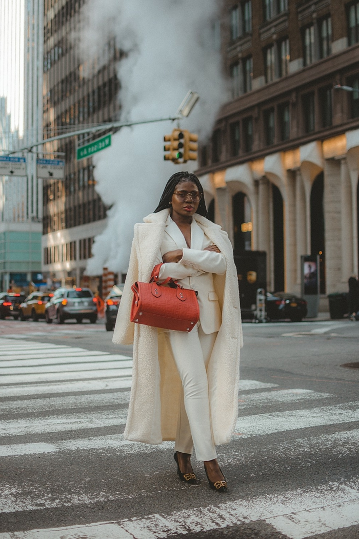 Manteau blanche pour hiver et tailleur femme mariage, tailleur pantalon femme pour ceremonie mariage