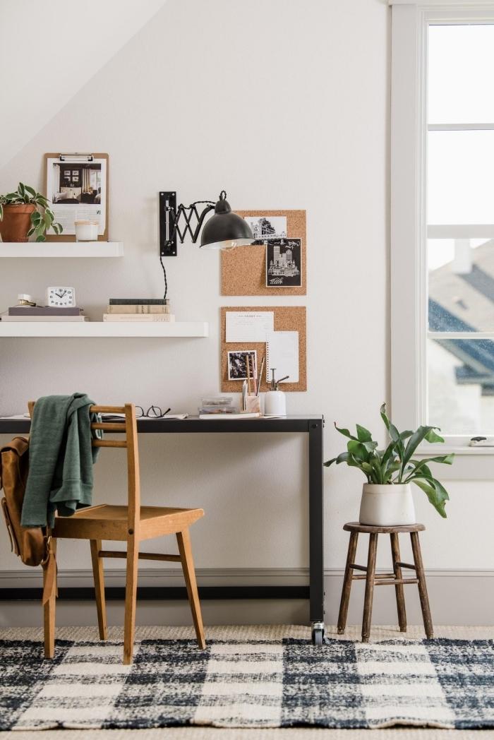 agencement bureau à domicile moderne avec meuble noir, décoration coin home office avec rangement mural ouvert