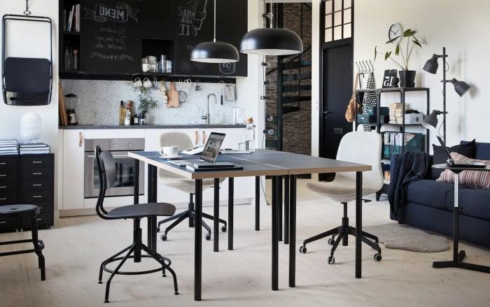 design intérieur style industriel avec pan de mur en briques et accents en métal noir, exemple aménagement bureau dans la cuisine
