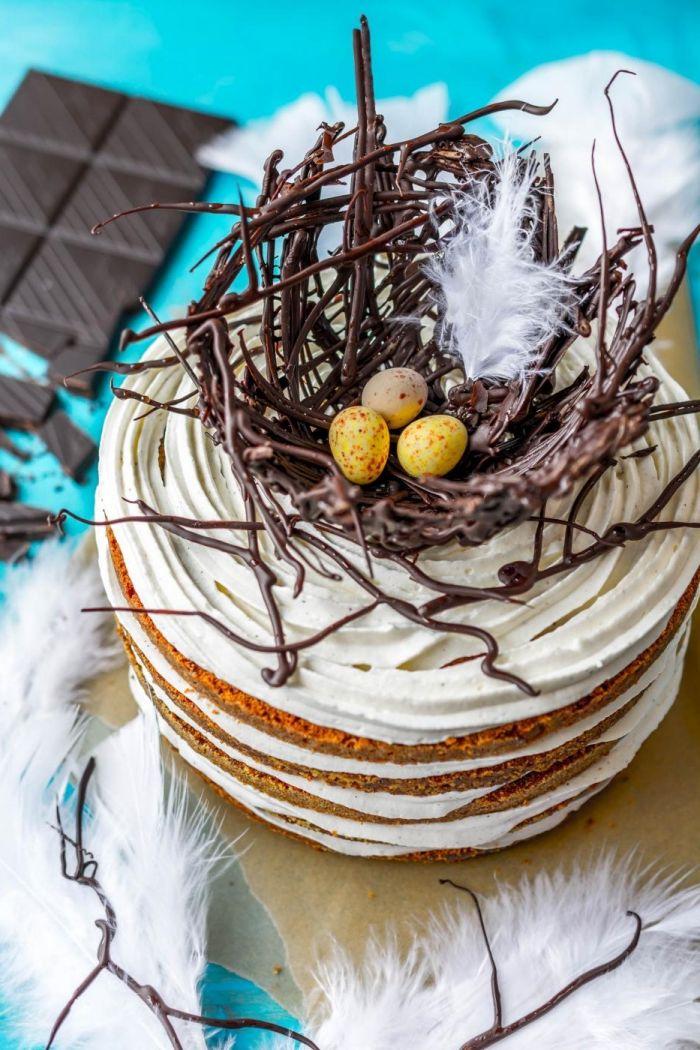 technique de décoration de dessert pour la fête de pâques avec nid en chocolat fondu, exemple de gateau de paques 2020