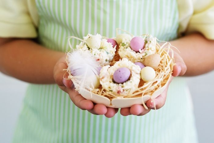 comment réaliser un centre de table original pour la fête de pâques avec mini desserts, idée recette nid de paques facile