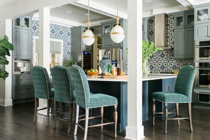 Cuisine bleu marine pour le carrelage peinte à main et meubles turquoises, idee cuisine inspiration décoration simple