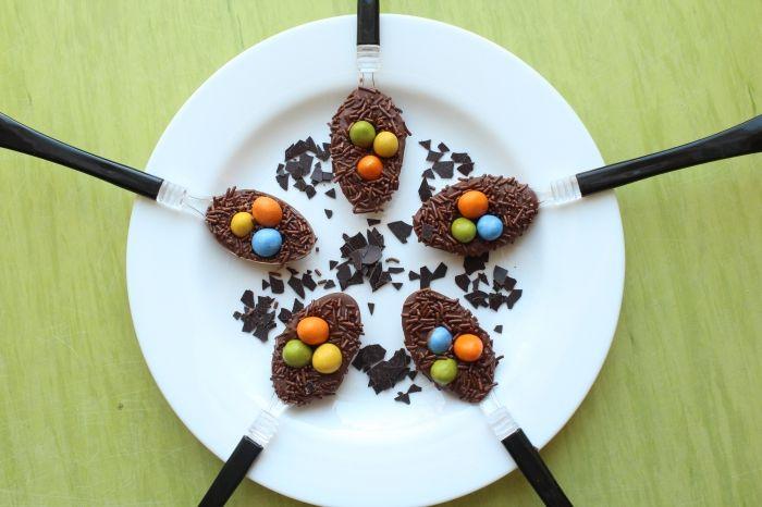 exemple comment présenter un dessert de paques d'une manière originale, décoration assiette avec dessert nid de pâques